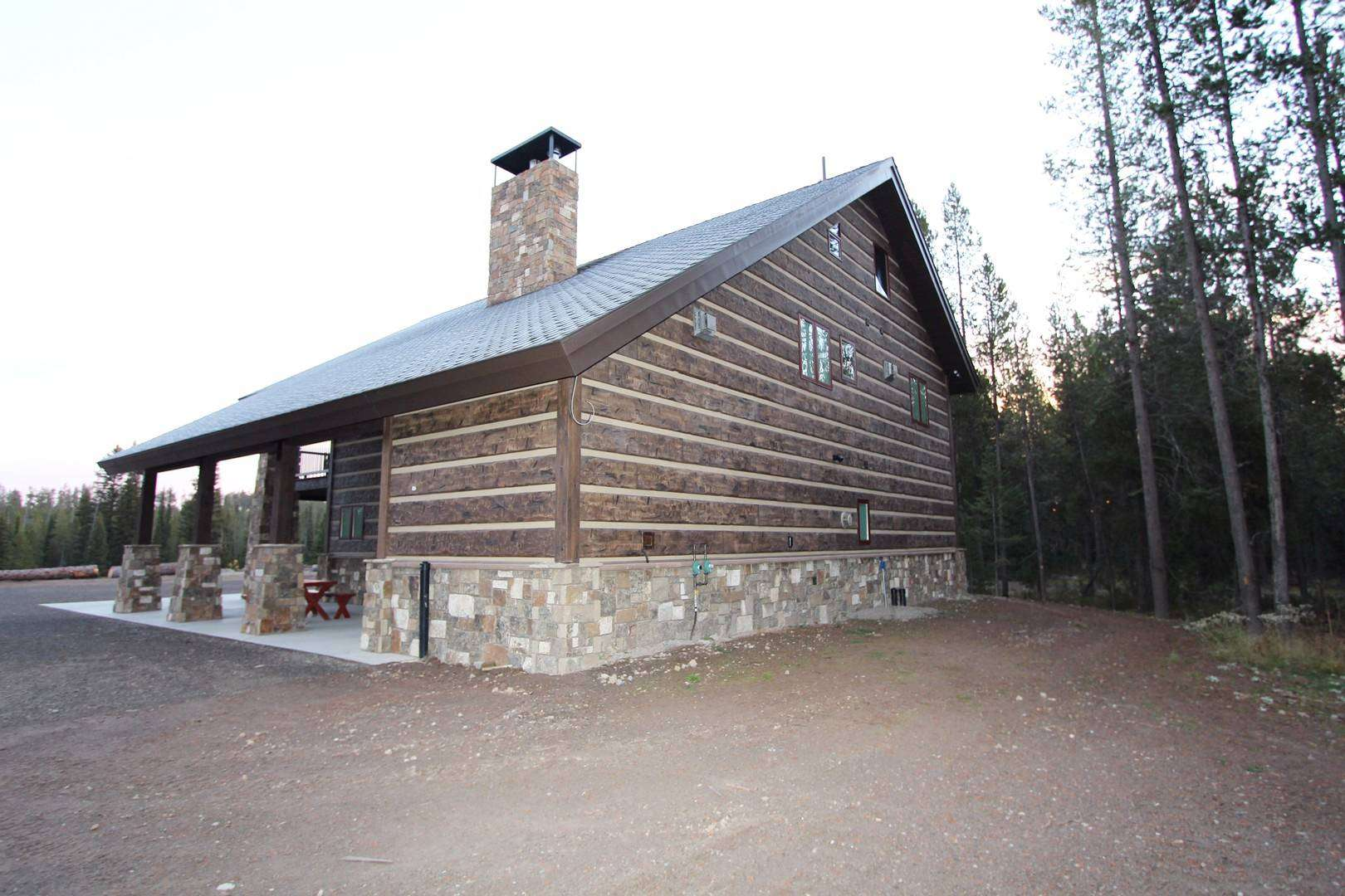 Yellowstone chalet everlog systems for Concrete log cabins