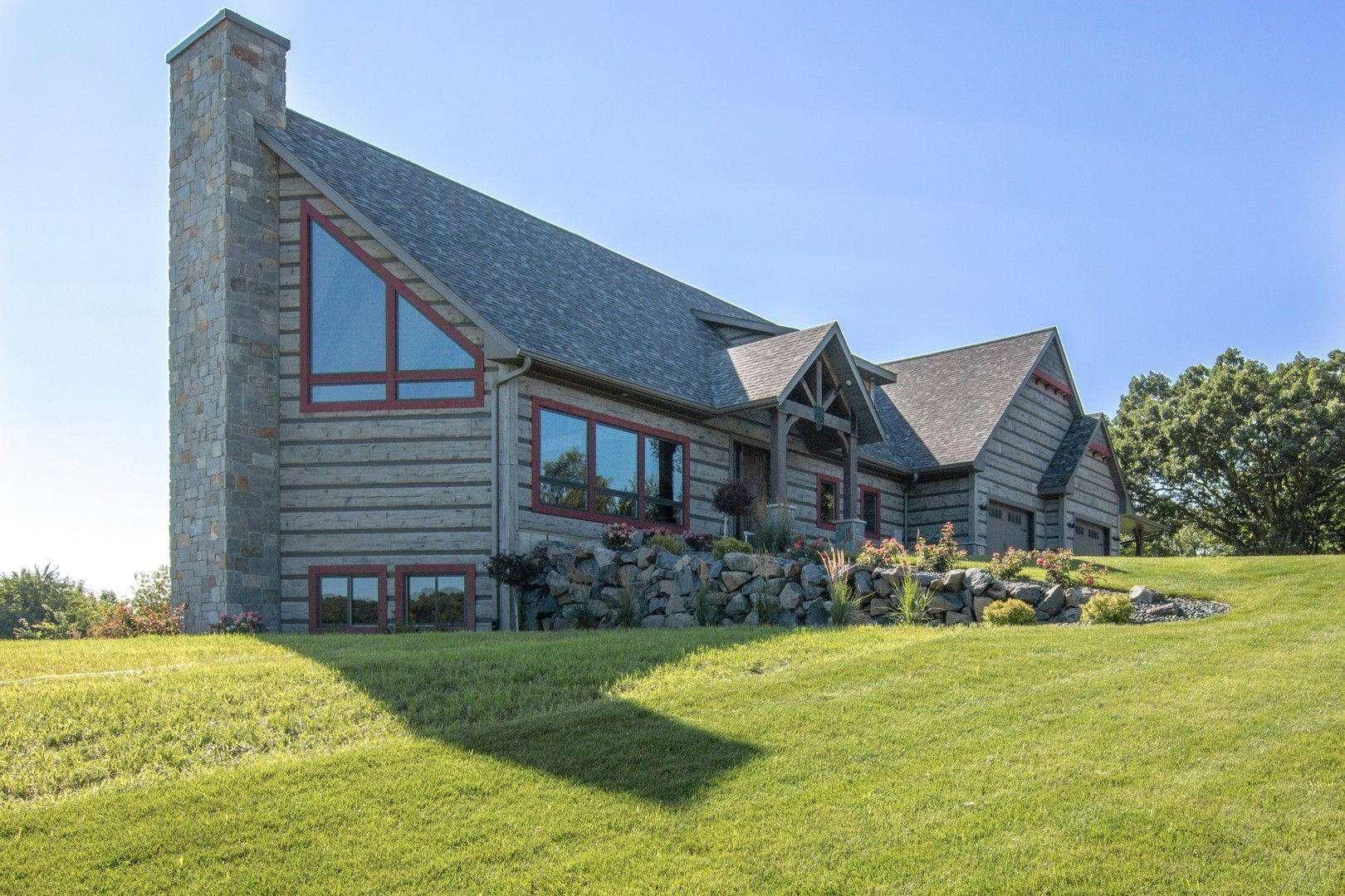 Eau Claire, Wisconsin Show Log Home - EverLog Siding